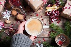 La boisson chaude de Noël dans la tasse présente le fond photographie stock libre de droits