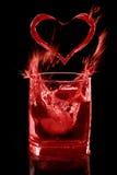 La boisson de l'amour sur le fond, l'éclaboussure et le coeur noirs Photos libres de droits