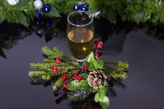 La boisson de nouvelle année est champagne Chaussures de conception et un verre de champagne photographie stock libre de droits
