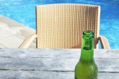 La boisson fraîche de bière froide a servi sur une table de poolside dans un r tropical Photographie stock
