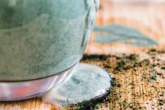 La boisson fraîche de probiotik de képhir de vue de plan rapproché a émergé du verre excessif où elle a été mélangée à la poudre  Image stock