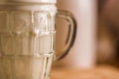 La boisson fraîche de probiotik de képhir de vue de plan rapproché a émergé du verre vide excessif sur la table de cuisine Images stock
