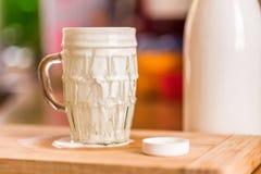 La boisson fraîche de probiotik de képhir de vue de plan rapproché a émergé du verre vide excessif sur la table de cuisine Image libre de droits