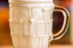 La boisson fraîche de probiotik de képhir de vue de plan rapproché a émergé du verre vide excessif sur la table de cuisine Images libres de droits