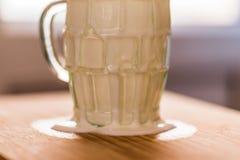 La boisson fraîche de probiotik de képhir de vue de plan rapproché a émergé du verre vide excessif sur la table de cuisine Image stock