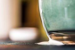 La boisson fraîche de probiotik de képhir de vue de plan rapproché a émergé de en le verre clair où elle a été mélangée à la poud Photographie stock libre de droits