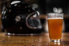 La boisson ne montent pas, verre de bière et casque Images stock