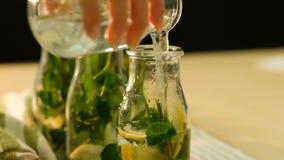 La boisson organique de limonade en bon état versent la bouteille d'eau clips vidéos