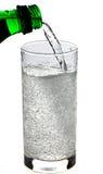 La boisson pétillante a plu à torrents dans une glace Photo libre de droits