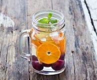 La boisson régénératrice délicieuse de tasse du mélange porte des fruits avec la menthe, infusion Photo libre de droits