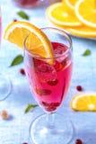 La boisson régénératrice d'été avec la groseille orange et rouge coupée en tranches, monnayent le le photographie stock libre de droits