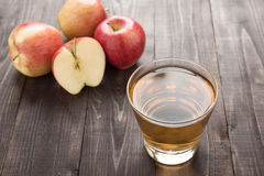 La boisson saine de jus de pomme et les pommes rouges porte des fruits sur le backgr en bois Images libres de droits