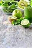 La boisson verte saine de smoothie avec des épinards et le céleri copient la station thermale Photographie stock