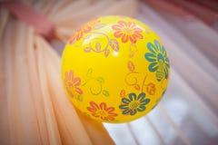 La bola amarilla con los modelos pesa Fotografía de archivo libre de regalías