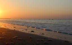 La bola anaranjada del sol sube lentamente sobre el mar Mediterráneo apacible imagenes de archivo