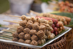 La bola asada a la parrilla de la salchicha y de carne en estilo tailandés Imagenes de archivo