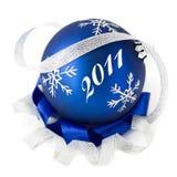 La bola azul de la Navidad aisló 2011 Imagen de archivo libre de regalías