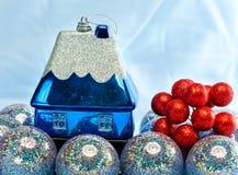 La bola azul del Año Nuevo y casa del juguete pequeña. La vida todavía del Año Nuevo en un fondo azul Fotos de archivo libres de regalías
