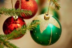 La bola colorida de la Navidad adorna en el fondo rojo del tono del vintage del árbol de pino para el festival del Año Nuevo Foto de archivo libre de regalías