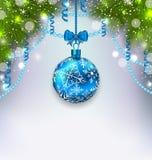 La bola de cristal de la Navidad, abeto ramifica, la flámula, espacio de la copia para usted Foto de archivo libre de regalías
