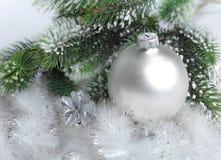 La bola de cristal nacarada blanca del Año Nuevo. Aún-vida Fotos de archivo libres de regalías