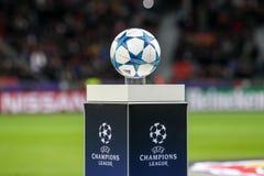 La bola de la liga de los campeones en un primer del pedestal durante t fotografía de archivo