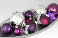 La bola de la Navidad adorna la púrpura de plata Foto de archivo