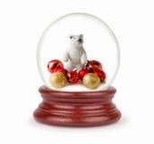 La bola de la Navidad con nieve forma escamas en el fondo blanco Fotos de archivo libres de regalías