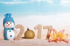 La bola de la Navidad en lugar de otro numera 0 en la cantidad 2017 contra el mar Imagen de archivo libre de regalías