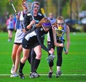 La bola de lacrosse del equipo universitario de las muchachas vuelca Imagen de archivo
