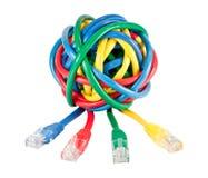 La bola de los cables y de los enchufes coloreados de la red aisló Imagen de archivo