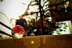 La bola de mármol en los rayos del sol fotografía de archivo
