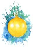 La bola de la Navidad en el fondo de azul y de verdoso salpica fotos de archivo