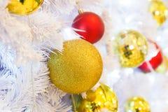 La bola de oro adorna en el árbol de navidad Imágenes de archivo libres de regalías