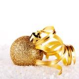 La bola de oro del Año Nuevo en nieve con una cinta Imagen de archivo libre de regalías