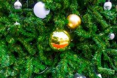 La bola de oro, bola de espejo, la luz se adorna en el árbol de navidad es hermosa como el fondo Fotografía de archivo