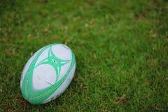 La bola de rugbi en el campo listo para golpea con el pie apagado foto de archivo