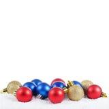 La bola del árbol de navidad en nieve Imagen de archivo libre de regalías