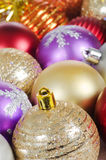 La bola del árbol de navidad en nieve Fotografía de archivo