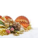 La bola del árbol de navidad en nieve Imágenes de archivo libres de regalías