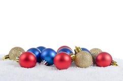 La bola del árbol de navidad en nieve Imagenes de archivo