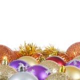 La bola del árbol de navidad en nieve Imagen de archivo
