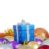 La bola del árbol de navidad en nieve Foto de archivo libre de regalías