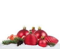 La bola del árbol de navidad en nieve Foto de archivo