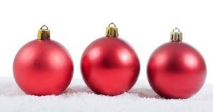 La bola del árbol de navidad en nieve Fotos de archivo libres de regalías