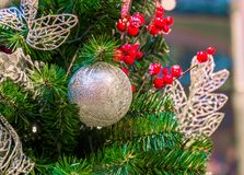 La bola del ornamento de la Navidad para el festival del Año Nuevo de Navidad adorna en fondo del árbol de pino Imágenes de archivo libres de regalías
