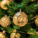 La bola del ornamento de la Navidad para el festival del Año Nuevo de Navidad adorna en fondo del árbol de pino Imagen de archivo