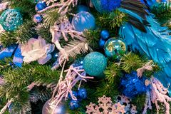 La bola del ornamento de la Navidad para el festival del Año Nuevo de Navidad adorna en fondo del árbol de pino Imagenes de archivo