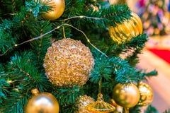 La bola del ornamento de la Navidad para el festival del Año Nuevo de Navidad adorna en fondo del árbol de pino Foto de archivo