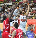 La bola del rebote de Christien Charles #21 compite con Justin Williams #27 en una liga de baloncesto de la Asociación de Naciones Foto de archivo